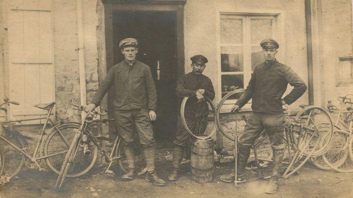 Soldados alemanes preparan bicicletas para una misión de reconocimiento durante la primera parte de la Gran Guerra