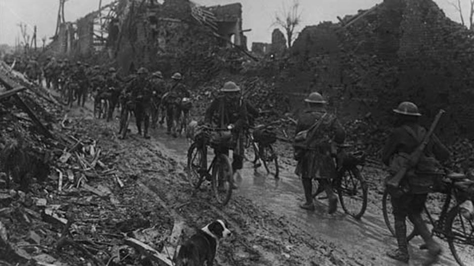 Soldados británicos que conseguían atravesar el barro para ir a la primera línea de guerra con sus bicicletas durante la Batalla de Somme en 1916