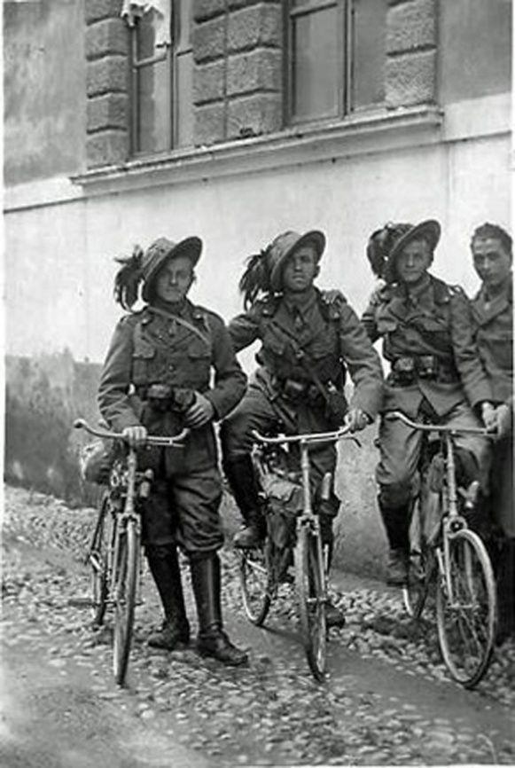 Grupo de ciclistas italianos durante la Primera Guerra Mundial.