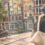 Un anuncio australiano de una ciclista llevando casco en Amsterdam sorprende a los holandeses