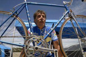 GRA276. SEGOVIA, 11/05/2015.- El exciclista Pedro Delgado posa en el Puerto de Navacerrada con la bicicleta con la que ganó la Vuelta a España 1985, antes de hacer un recorrido hasta la factoría Dyc, en Segovia, donde se impuso como líder, recordando la azaña deportiva, el mismo día, 30 años después. EFE/Aurelio Martin