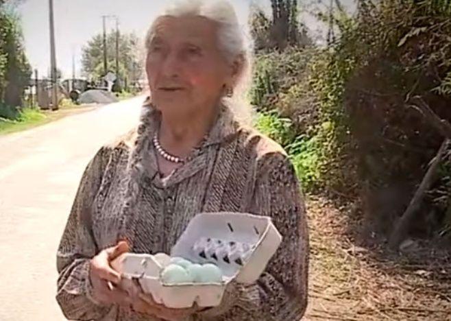 Abuela en bicicleta vende huevos
